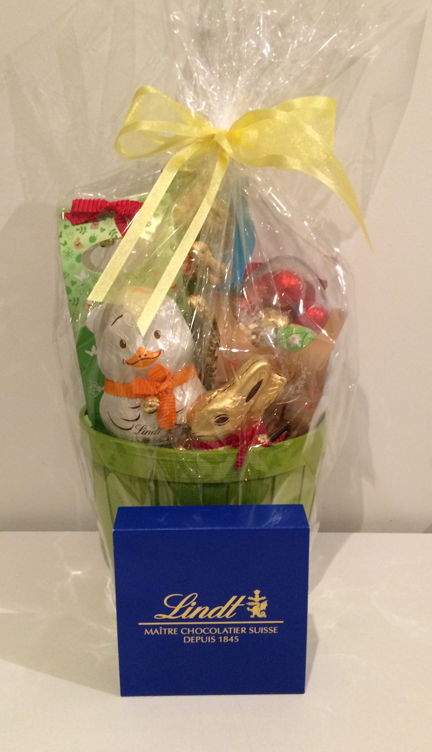 Lindt easter basket pink and blue magazine lindt easter basket negle Image collections